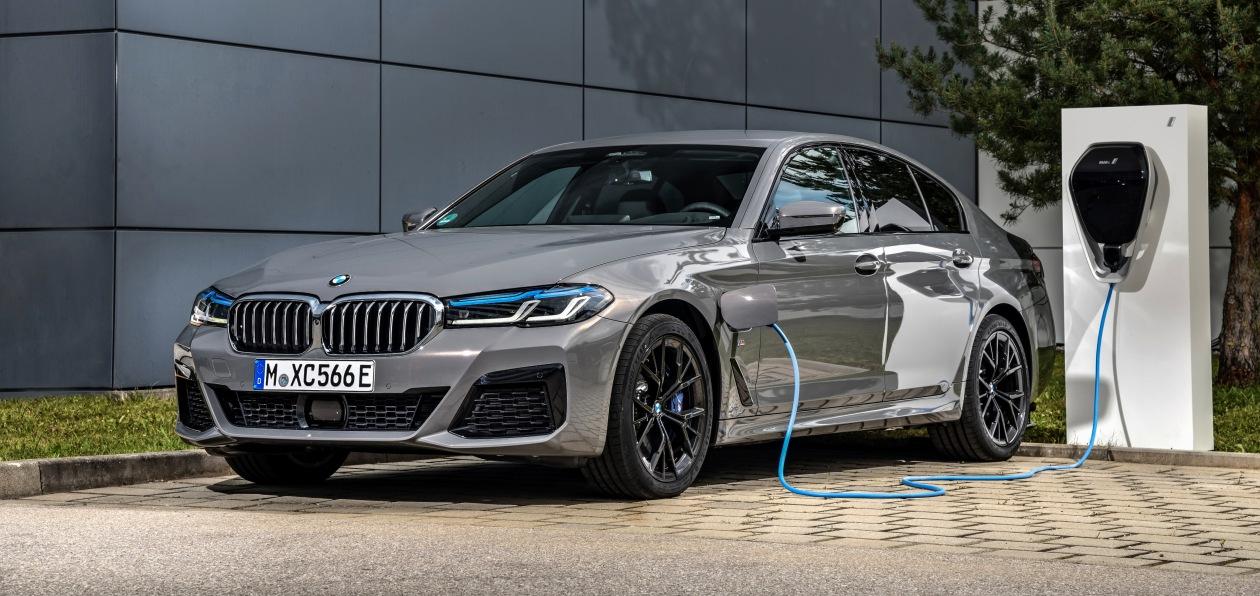 BMW продолжает электрифицировать обновленную «пятерку»