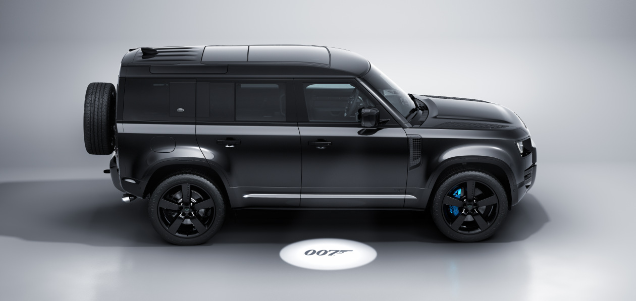 Land Rover представил спецверсию Defender V8 в честь «Бондианы»