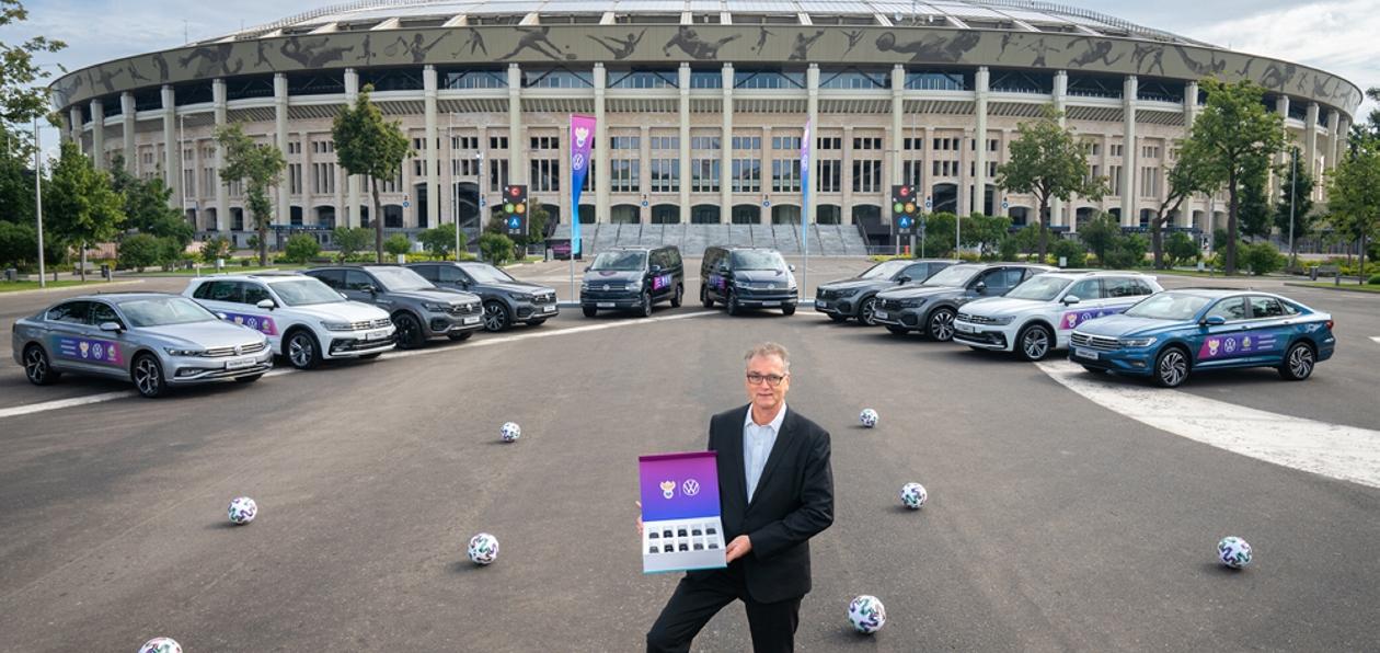 Volkswagen передал РФС 10 автомобилей