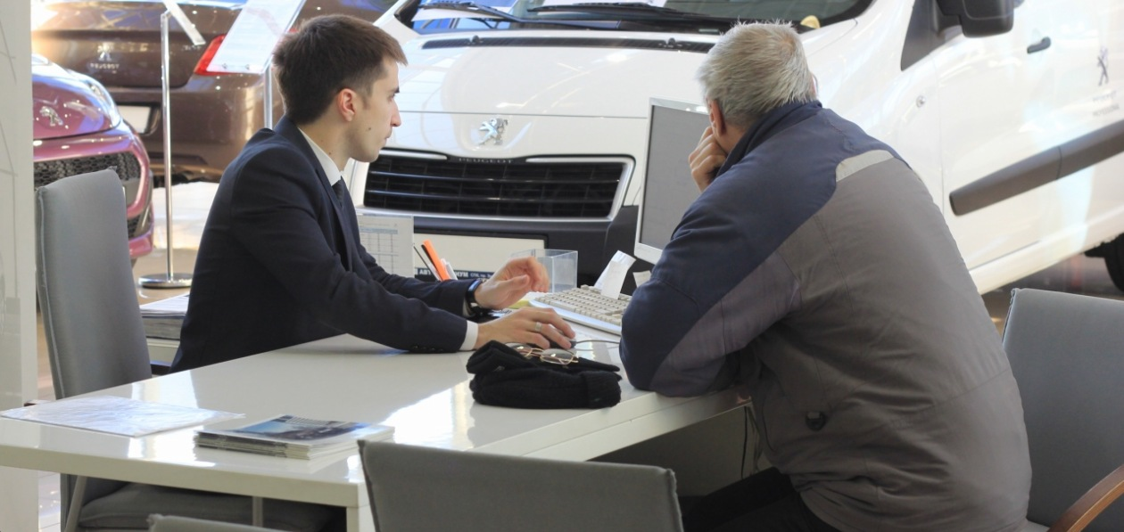 Продажи новых автомобилей в России упали впервые с начала года