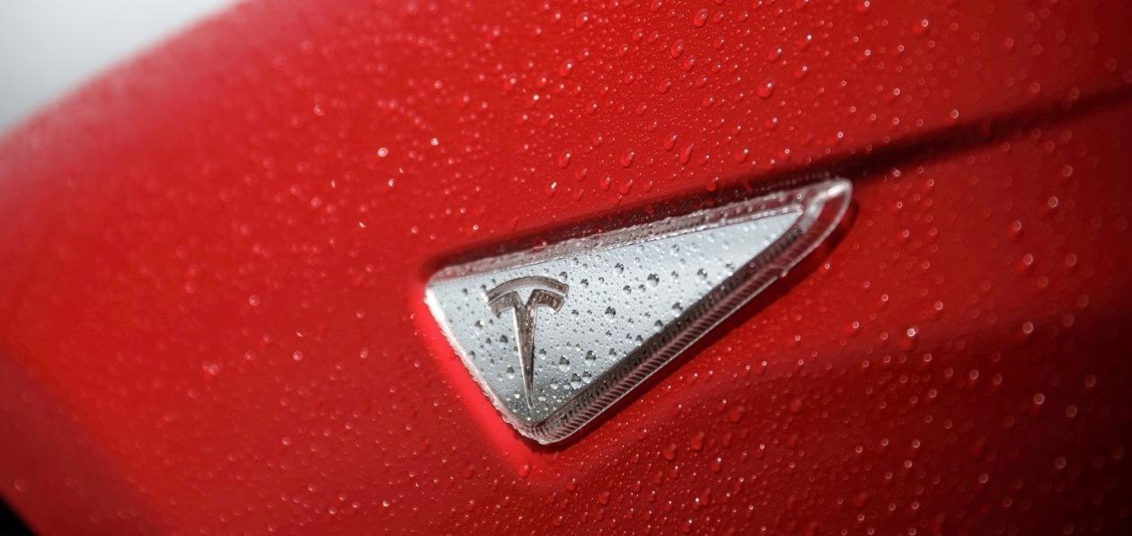 Минтранс США проверит систему автопилота Tesla после участившихся аварий