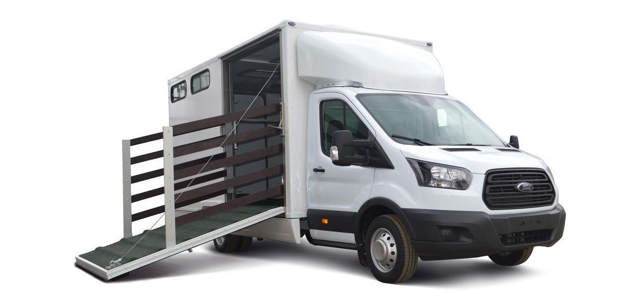 Ford переоборудовал Transit в фургон для перевозки лошадей