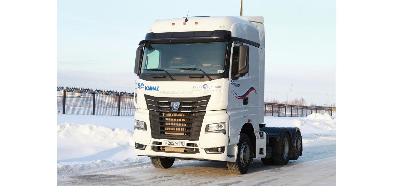 КАМАЗ показал шестиколесный седельный тягач в Калининграде